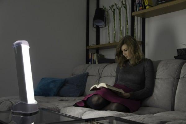 Lampa Fotovita pomaga kobiecie zwalczyć depresję jesienno zimową